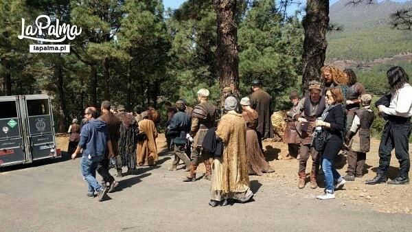 На новые фотографии со съемок «Ведьмака» попали массовка и Трисс