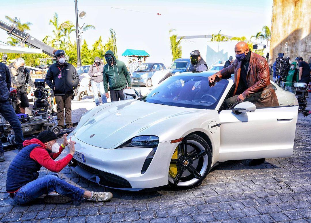 Скала не влез в Porsche на съемках Красного уведомления, а Сталлоне сыграет в Отряде самоубийц