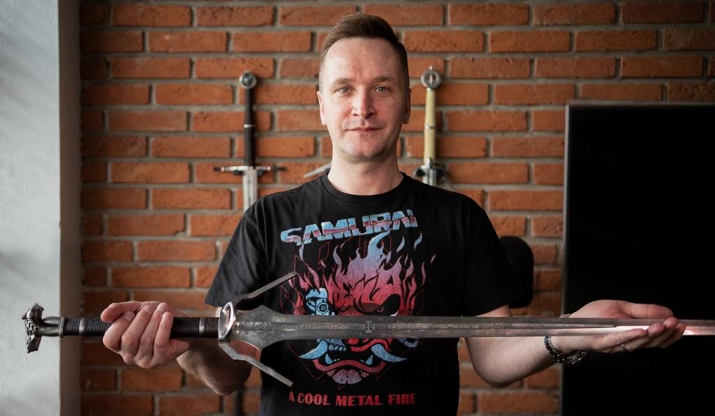 Глава CD Projekt RED ради благотворительности выставил на аукцион ведьмачий меч