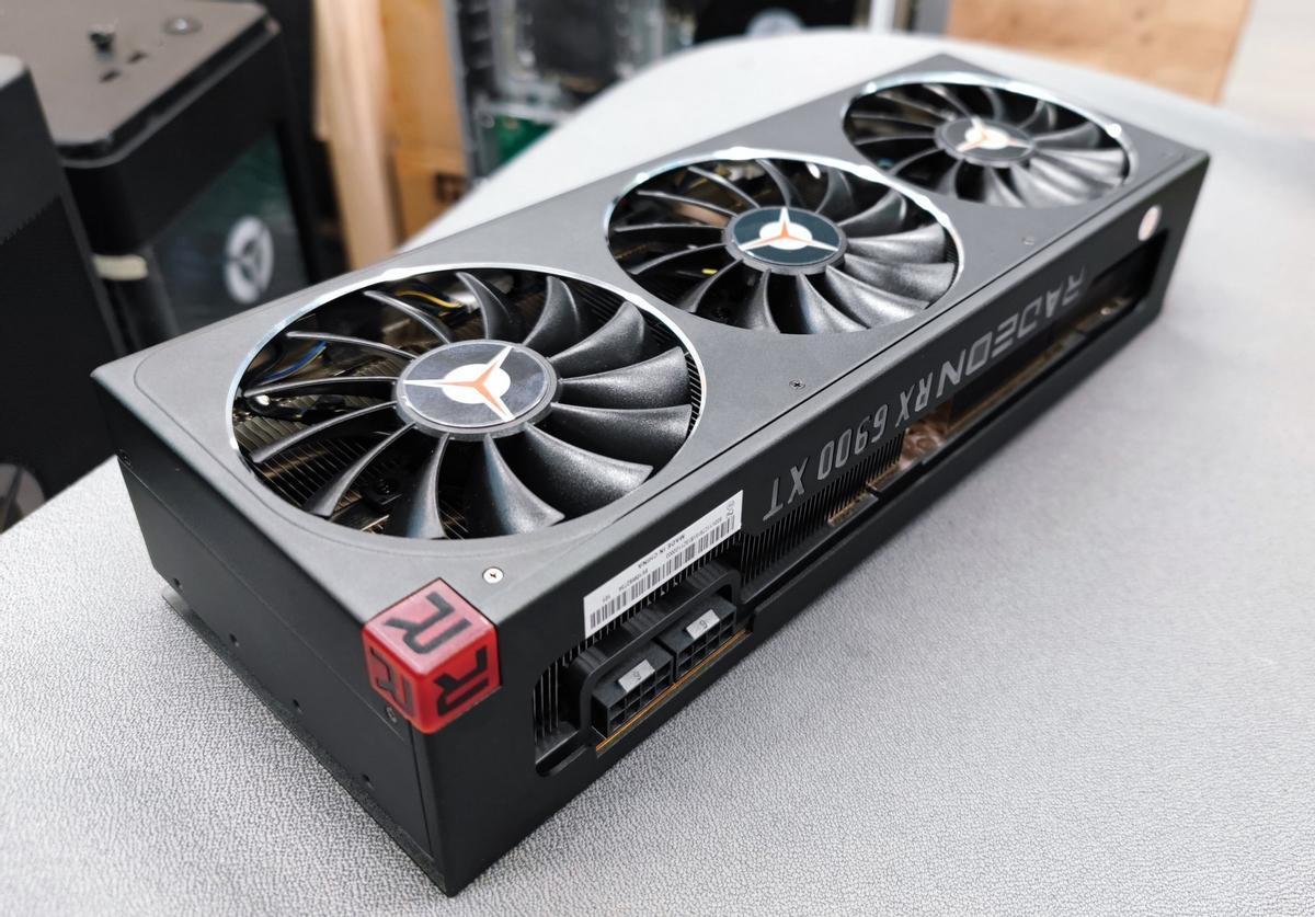Гигантская видеокарта Lenovo Legion RX 6900 XT красуется на фото
