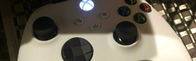 Утечка Автор фото белого геймпада для Xbox Series X видел более кубическую консоль и даже поиграл на ней