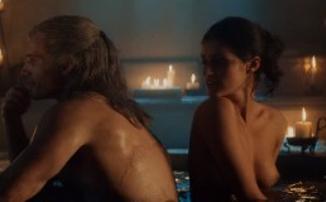 Генри Кавилл читает «Последнее желание», а обнаженная Йеннефер принимает ванну