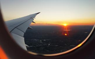 Первый тизер-трейлер «В ночь» от Netflix: один самолет и Солнце, сжигающее все живое